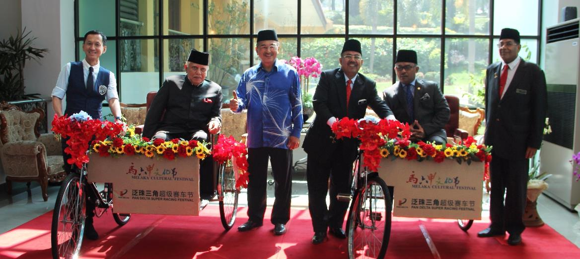 LBS Bina Group Presents Commemorative Trishaws to Melaka State Government