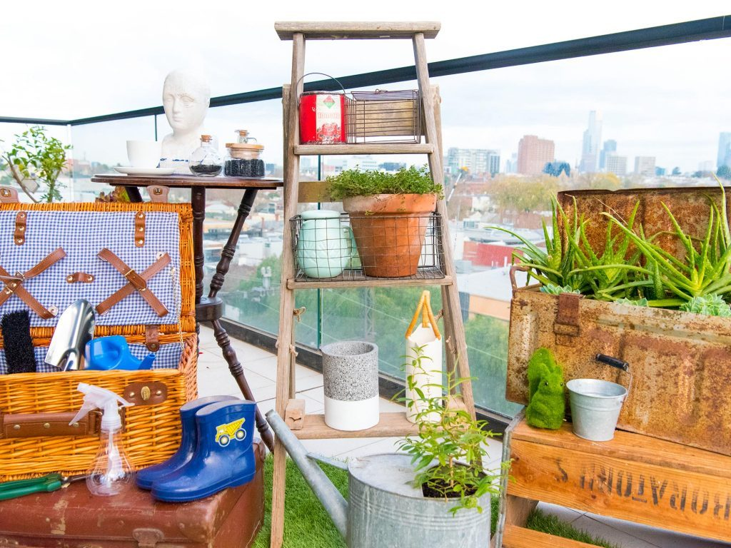 9 cosy balcony ideas and decor inspiration - Kill 2 birds with one stone and use your gardening equipment as decor.