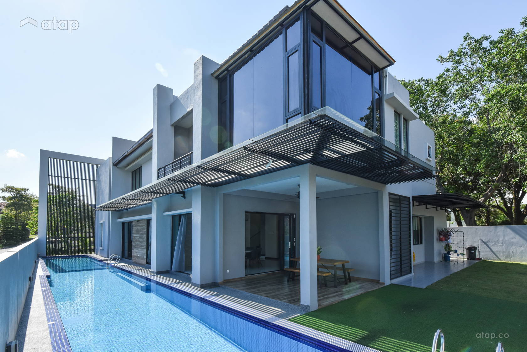 Narrow lap pool for amodern contemporary bungalowlocated in Shah Alam.