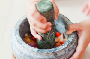 batu lesung digunakan untuk mengisar makanan