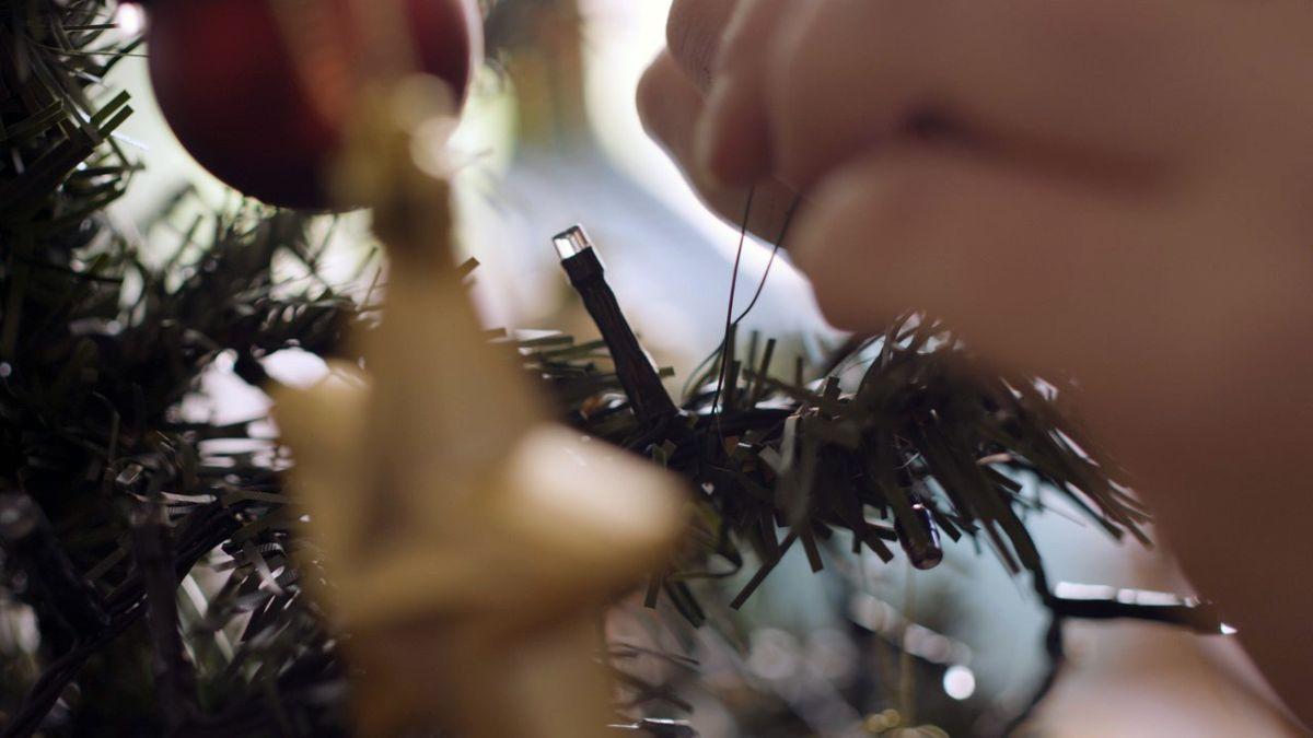 tie-lights-on-christmas-tree