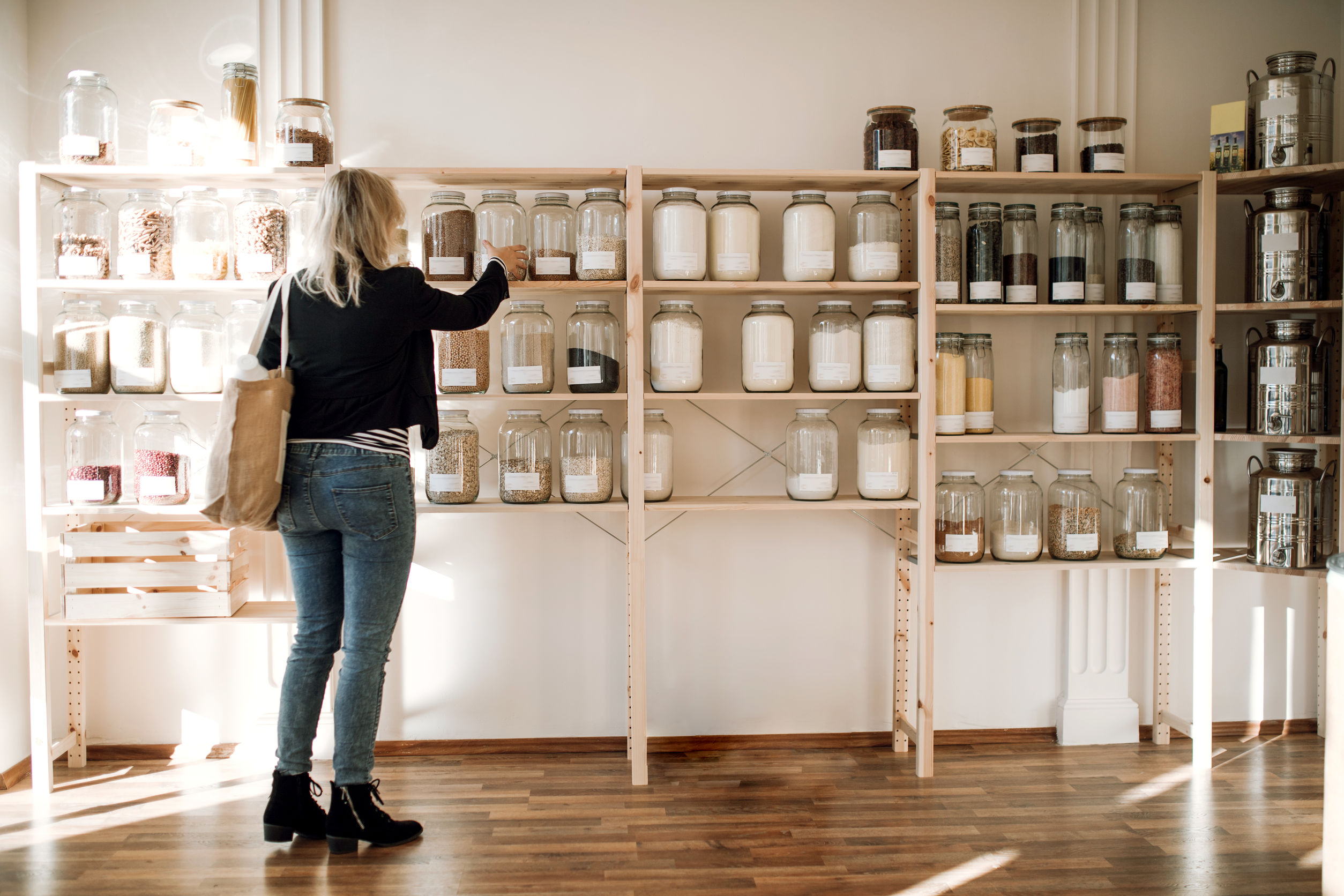 woman shopping for zero waste products