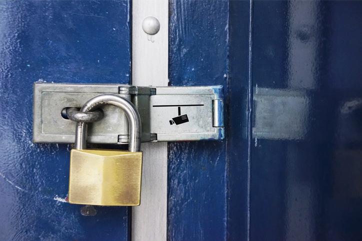 dilarang menukar kunci rumah