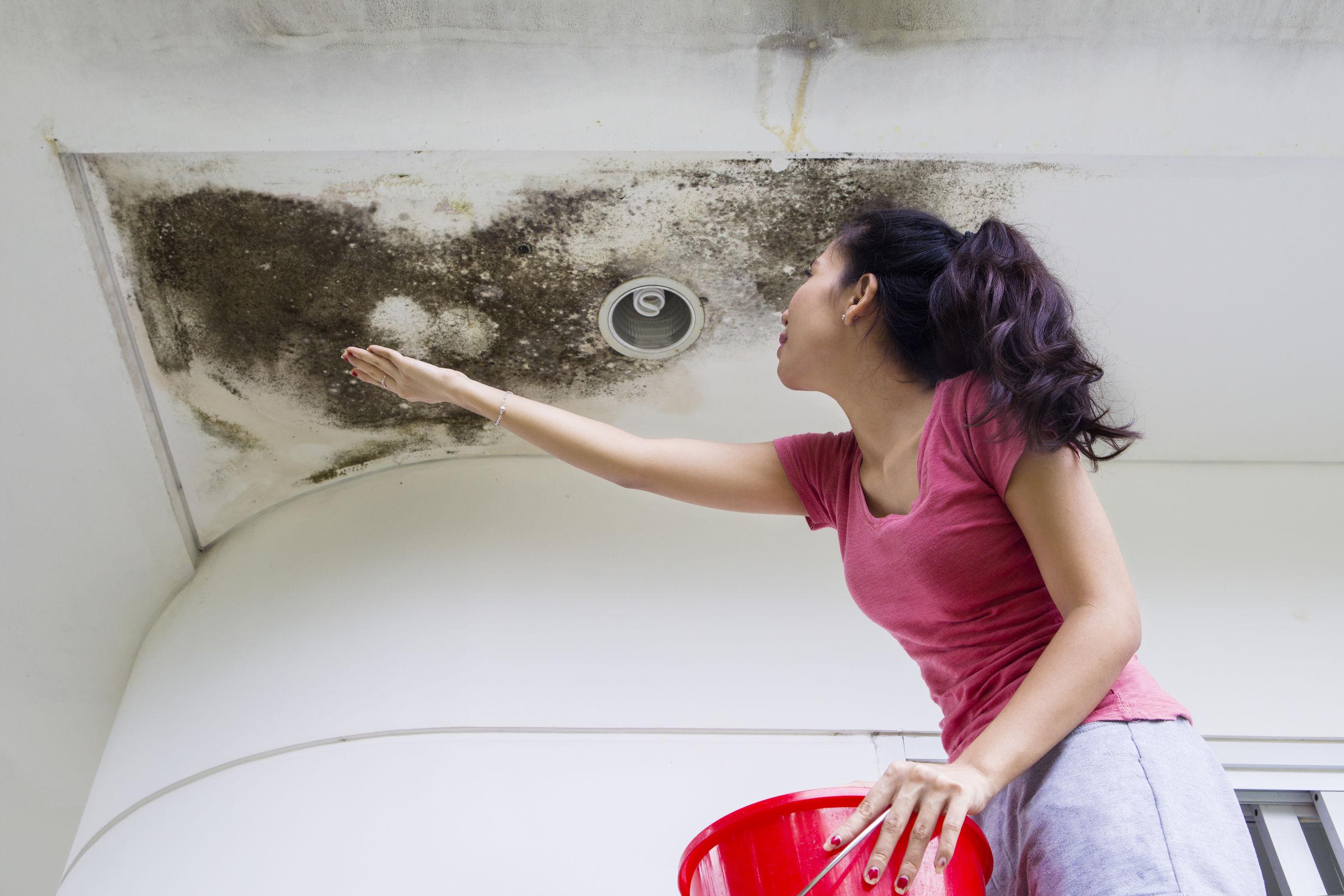 Bilik air tersumbat dan kerosakan siling rumah