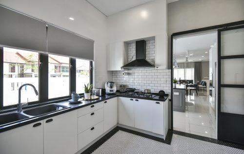 在极简主义厨房设计中添加个性瓷砖