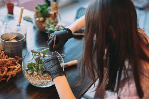 masterclass-woman-teaching-terrarium-planting